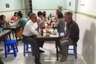 Presiden Obama Ditraktir Makan Mi di Warung Sederhana Hanoi