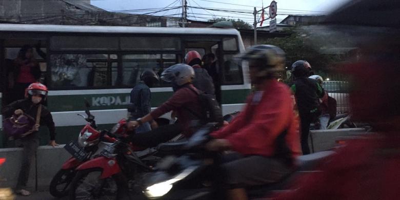 Panik Mengira Ada Razia, Pengendara Ramai-ramai Angkat Motornya dari Jalur Transjakarta