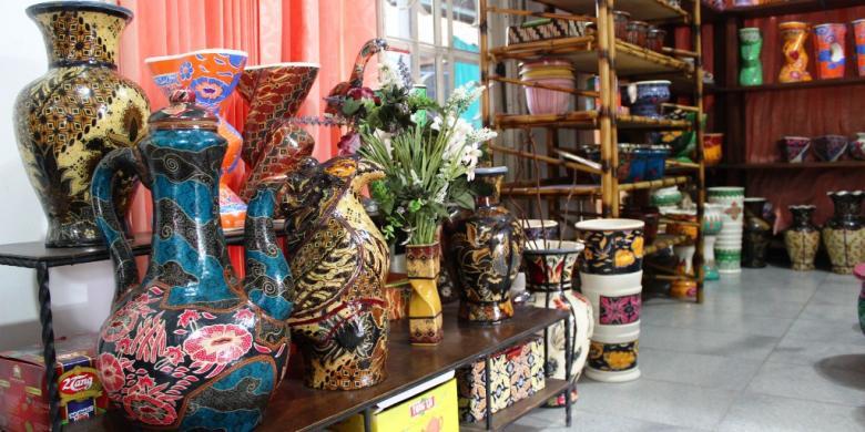 ... Batik Bogor pun diaplikasikan diatas guci, sepatu, tas, vas bunga