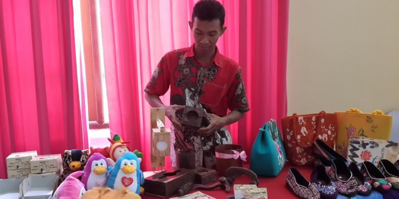 Berkat Kayu Bekas, Mujib Bisa Punya Karyawan