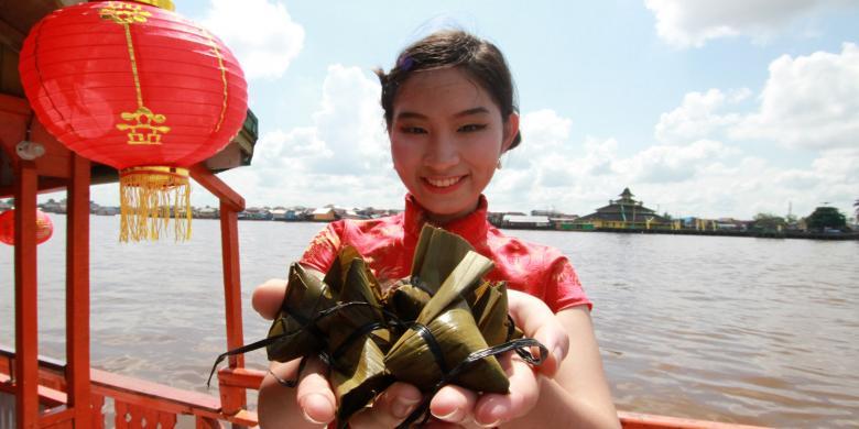 Kemeriahan Festival Bakcang Dan Tradisi Mandi Peh Cun Di Pontianak