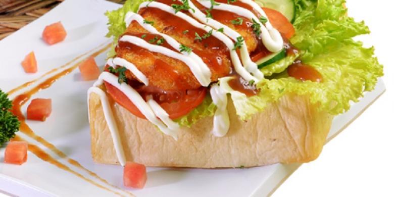Roti John dengan oriental sauce, salah satu menu yang dikembangkan Hafizh.
