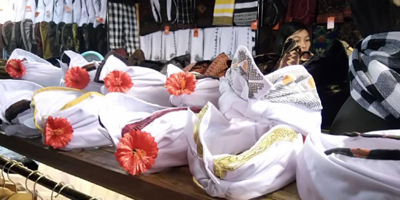 Puluhan Udeng Berbagai Motif Dijual Di Pesta Kesenian Bali