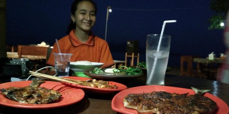 Menikmati Ikan Bakar Di Pantai Selat Bali, Memang Beda…