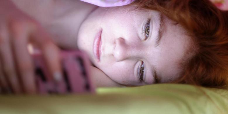 Kebiasaan Main Ponsel Sambil Tidur Bisa Bikin Buta?