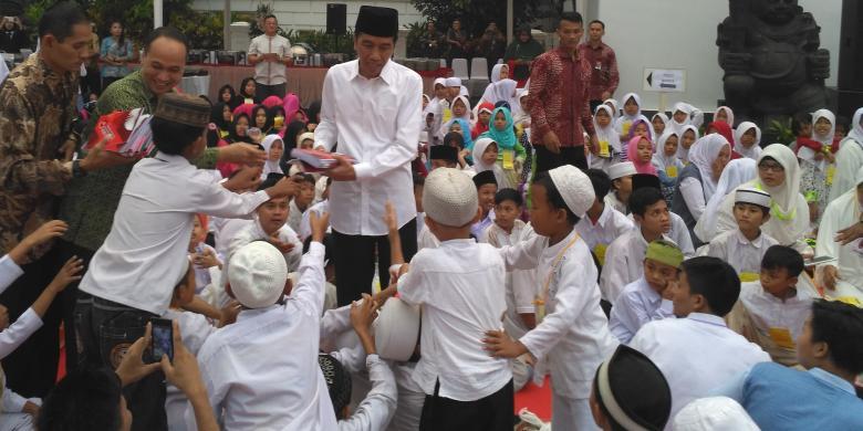 Buka Puasa Bareng Anak Yatim, Jokowi Bagi bagi Buku Tulis