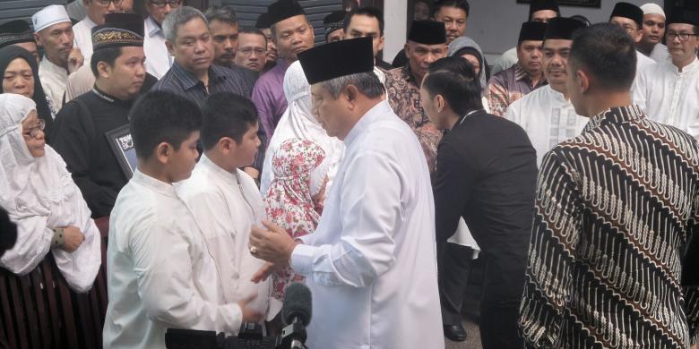 10573692016 07 08 10.55 .30 780x390 » Melayat, SBY Sampaikan Dukacita Kepada Keluarga Husni Kamil