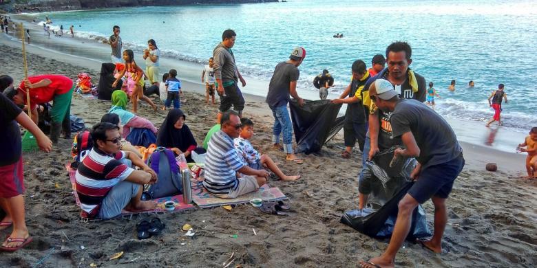 Prihatin Pantai Kotor, Pelaku Wisata Di Lombok Gotong Royong Pungut Sampah
