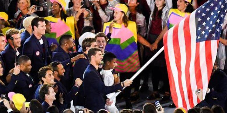Sehabis Bawa Bendera, Phelps Tinggalkan Stadion