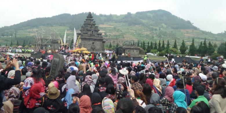 ARSIP BIRO HUKUM DAN KOMUNIKASI PUBLIK KEMENPARRibuan wisatawan dari dalam dan luar negeri memadati acara Dieng Culture Festival 2016.