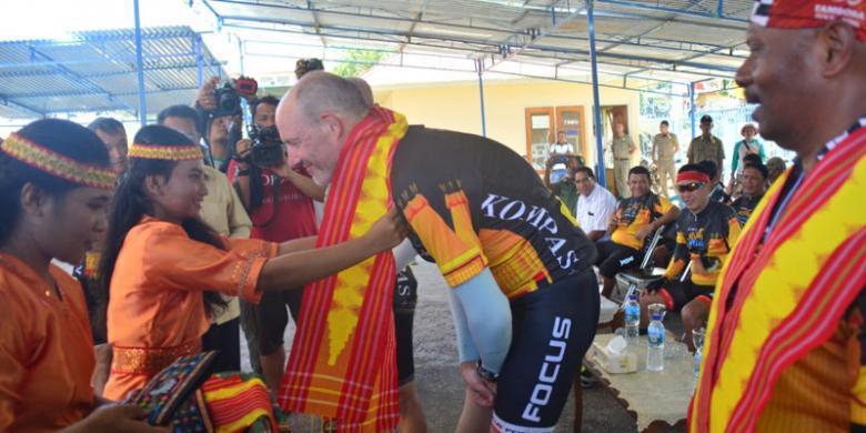 """Ritual """"Kepok"""" Sambut Peserta Jelajah Sepeda Flores-Timor Di Manggarai Timur"""