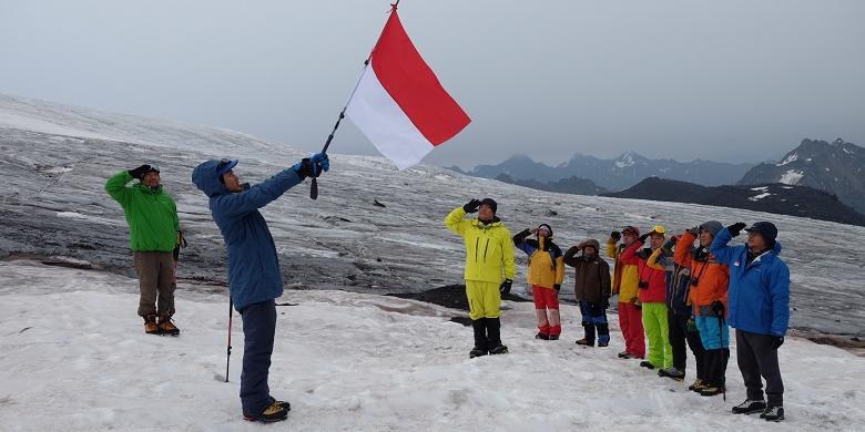 HUT RI, Bendera Merah Putih Berkibar Di Gunung Tertinggi Di Eropa