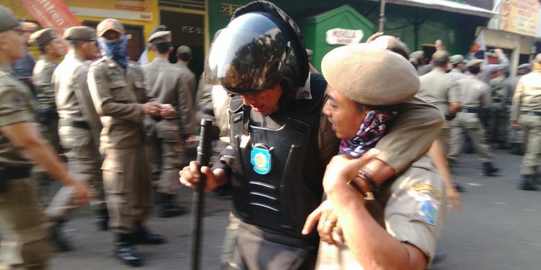 Sejumlah Petugas Satpol PP dan Warga Rawajati Terluka akibat Kericuhan