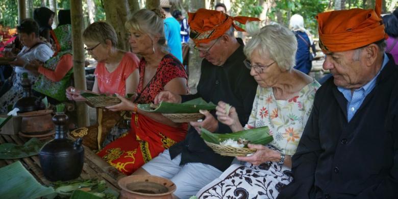 Wisatawan AS Menikmati Pecel Pitik Dan Membuat Kucur Di Banyuwangi