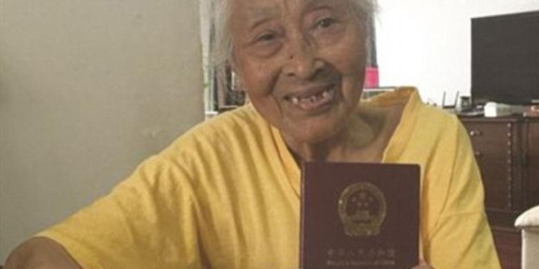 """Nenek 101 Tahun Ini Baru Punya Paspor Dan Langsung """"Traveling"""""""