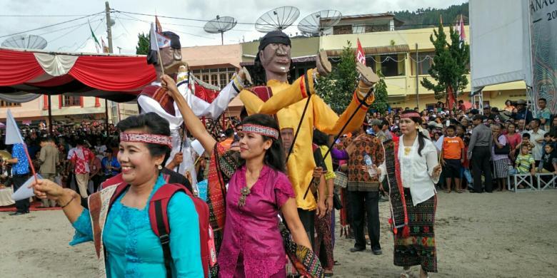 """Patung Sigale-gale Dari Samosir """"Menari"""" Di Festival Danau Toba 2016"""