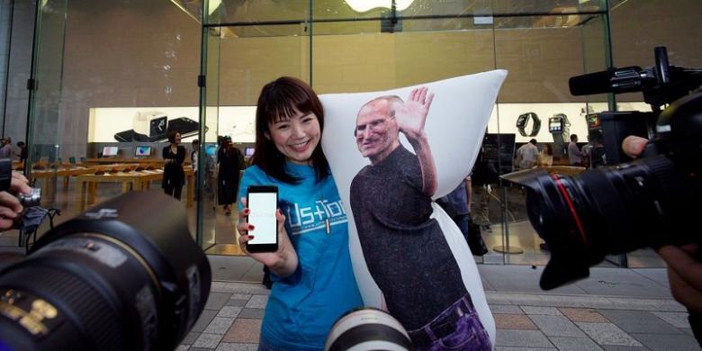 Wanita Ini Ditemani Steve Jobs Saat Antre IPhone 7