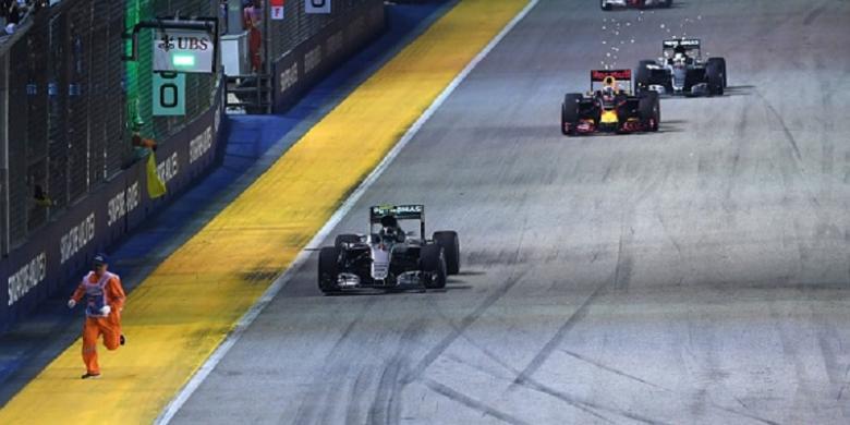 Rosberg Nyaris Tabrak Petugas Lintasan GP Singapura