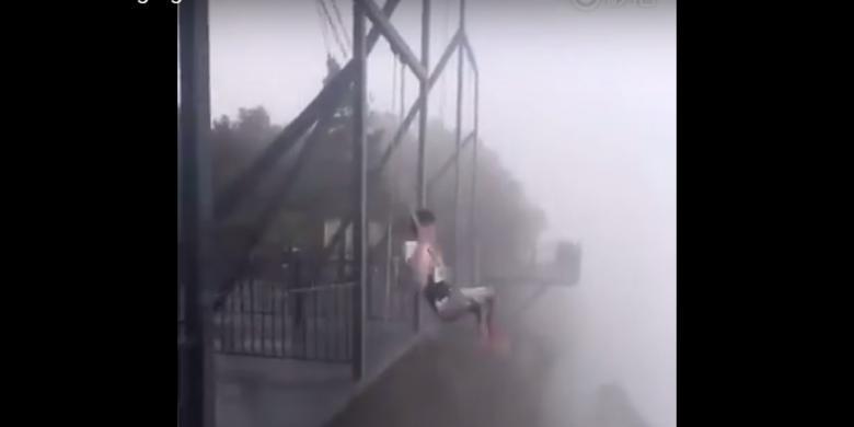 Naik Ayunan Di Tepi Jurang Sedalam 300 Meter, Berani?