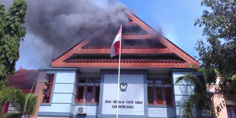 Pasukan Kerajaan Gowa Bakar Kantor DPRD
