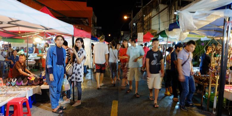 Sabtu malam, warga dan wisatawan di Chiang Mai berbondong-bondong menyambangi Wui Lai Street untuk berburu kuliner dan suvenir