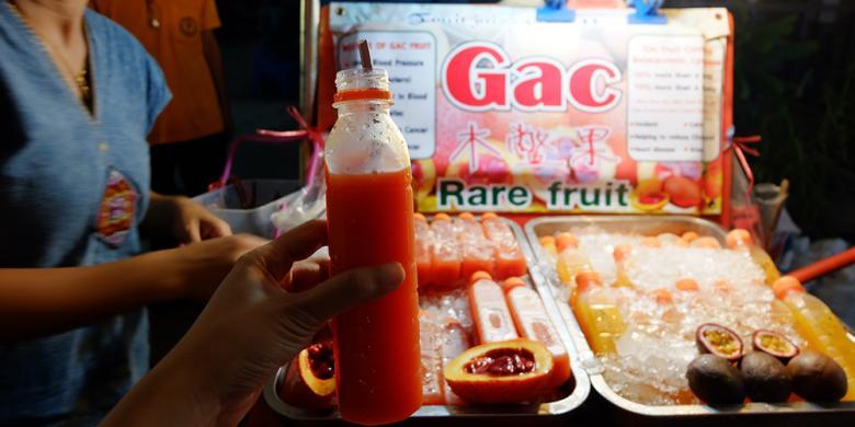Buah ini hanya tumbuh selama dua bulan dalam setahun, biasanya Desember dan Januari. Beruntung, KompasTravel menemukan satu-satunya lapak Gac Fruit Juice di Saturday Night Market.