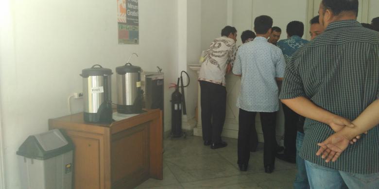 Teh dan Kopi Disediakan Ahok untuk Warga yang Mengadu di Balai Kota