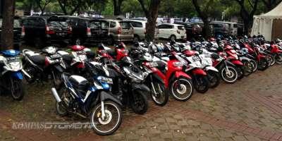 Parkir Motor, Jangan Malas Pakai Standar Tengah