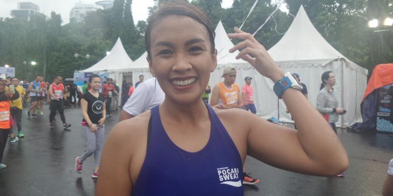 Lari Di Bawah Guyuran Hujan, Melanie Putria Malah Senang