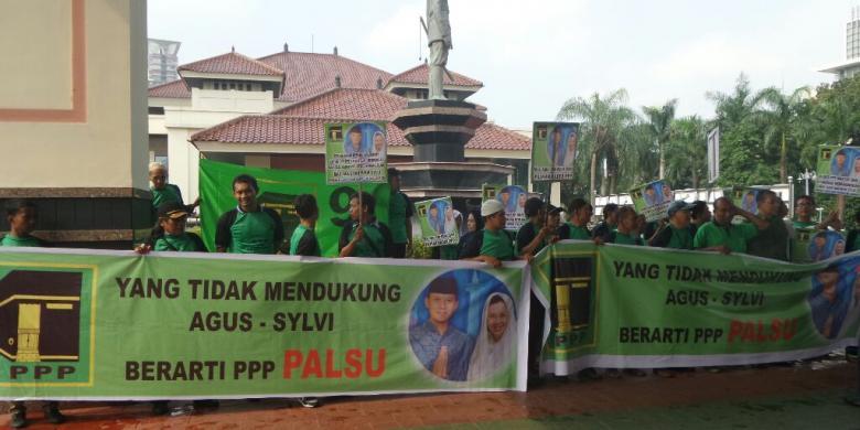Kader PPP kubu Romahurmuziy membawa spanduk dukungan pasangan Agus dan Sylviana di Balai Sudirman, Senin (24/10/2016).