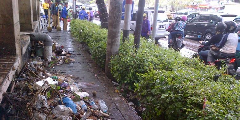 Banjir di Jalan Pasteur akibat Luapan Air Sungai dan Sampah