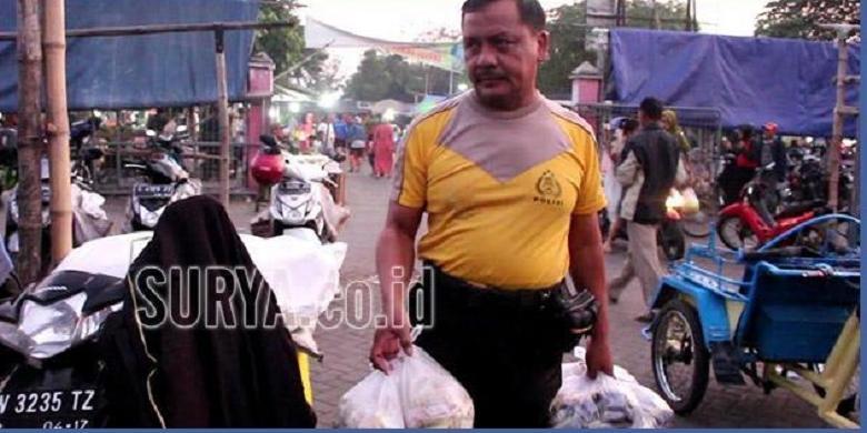 Polisi Ini Memilih Bekerja Sampingan Menjadi Penjual Bumbu