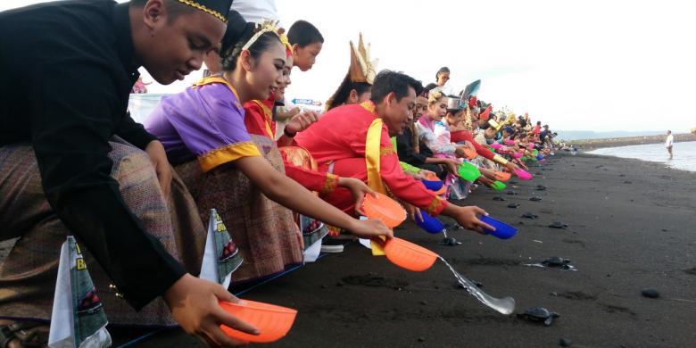Di Pantai Boom Pelajar Banyuwangi Lepas 245 Tukik