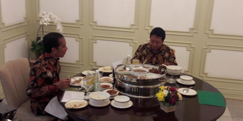 Suasana makan siang Presiden Joko Widodo dan Ketua Umum PPP Romahurmuziy di Istana Merdeka, Jakarta, Selasa (22/11/206).