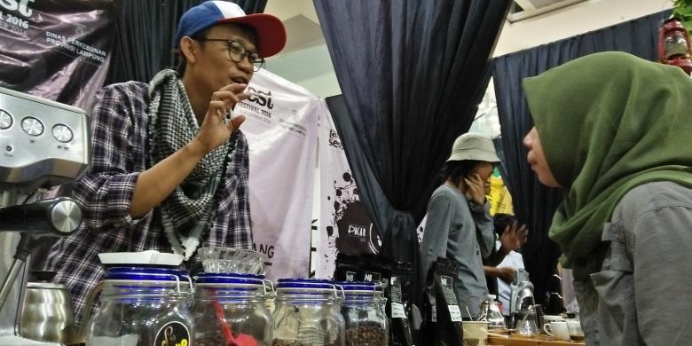 Barista Lampung Perang Meracik Kopi Robusta