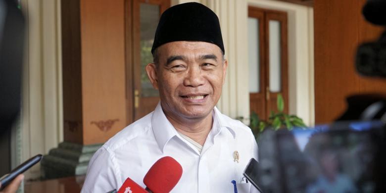 """Gaji Guru Honorer Ditunda, Mendikbud Sebut Sedang """"Godok"""" Peraturan"""