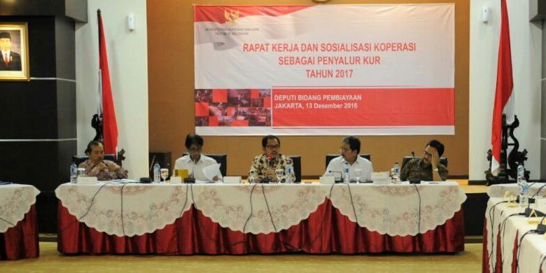 pat kerja dan sosialisasi koperasi sebagai penyalur KUR di Jakarta, Selasa (13/12/2016).