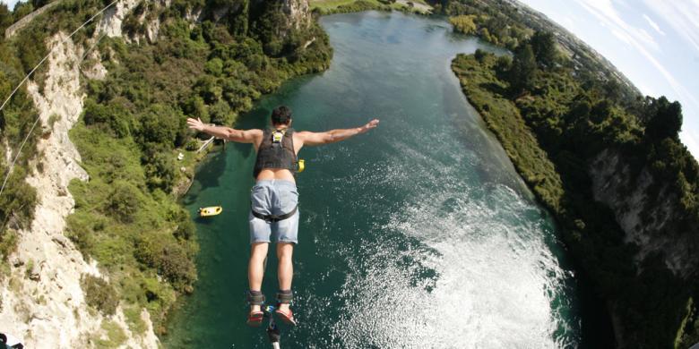 """Hanya Untuk Pemberani, """"Bungy Jumping"""" Ke Sungai Terpanjang Di Selandia Baru"""