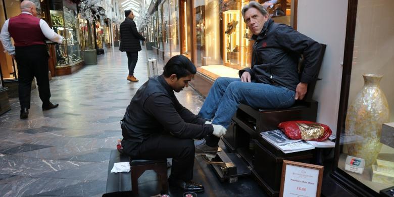 Cerita Soal Tukang Semir Sepatu Di Pusat Belanja Mewah London