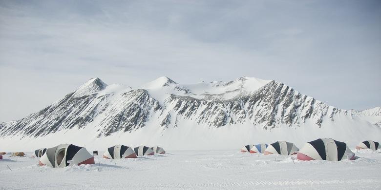Dua Srikandi Indonesia Kibarkan Merah Putih Di Puncak Antartika