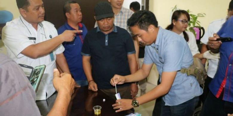 Bupati Katingan Ahmad Yantenglie (kaus hitam bertopi) melakukan pemeriksaan urine di Mapolda Kalimantan Tengah, Kamis (5/1/2017). (TRIBUN PONTIANAK/FATURAHMAN)