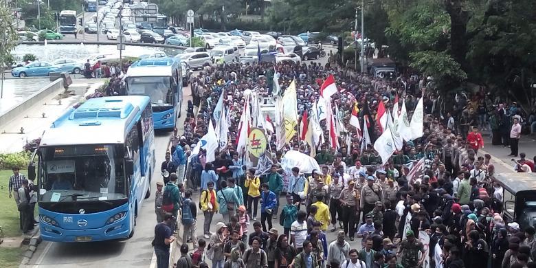 """Massa Aksi 121 """"Longmarch"""", Jalan Medan Merdeka Barat Ditutup"""
