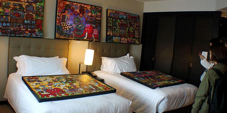 Memajang Lukisan Di Atas Ranjang Hotel