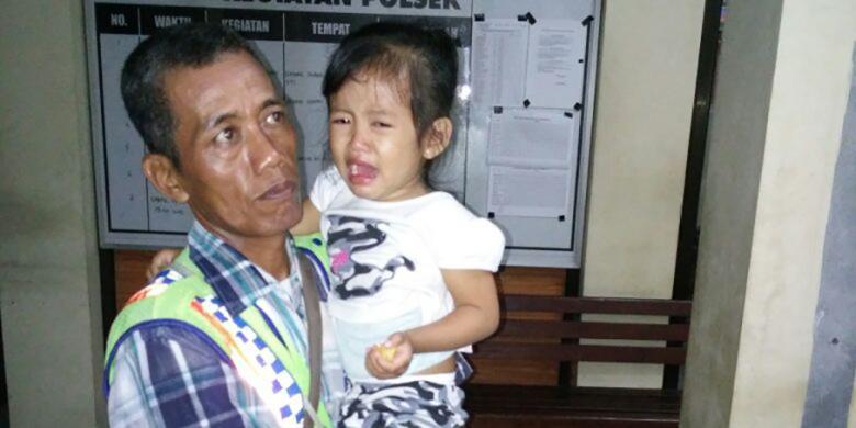Seorang Anak Menangis Ditinggal Sendirian Di Terminal