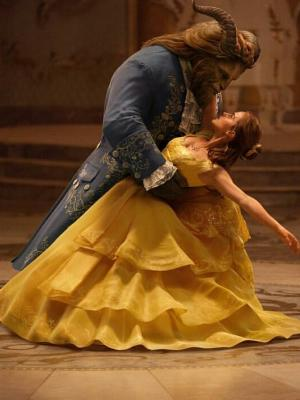 Emma Watson dan Dan Stevens bermain dalam film Beauty and the Beast (2017).