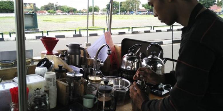 Ngopi Nikmat Tak Mesti Di Kafe, Gerobak Keliling Juga Bisa