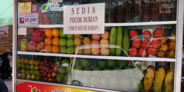 KOMPAS.COM/SILVITA AGMASARI  Penjual pocok durian di Pasar Bawah, Pekanbaru, Riau. Pocok durian merupakan buah durian dicampur dengan alpukat. Ini lagi ngetren di Pekanbaru.
