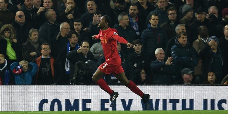 Gelandang Liverpool asal Belanda, Georginio Wijnaldum, melakukan selebrasi setelah mencetak gol ke gawang Chelsea pada pertandingan Premier League di Anfield, Liverpool, Selasa (31/1/2017).PAUL ELLIS/AFP