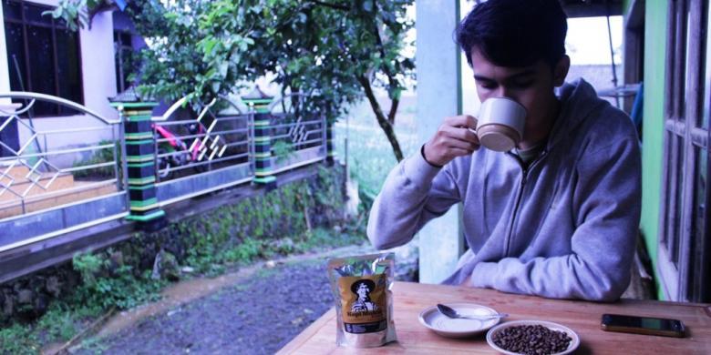 KOMPAS.COM/MUHAMMAD IRZAL ADIAKURNIA -- Menikmati kopi arabika khas Temanggung, langsung di kaki Sunung Sindoro-Sumbing, sentra Rumah Kopi Mukidi, Temanggung, Jawa Tengah.