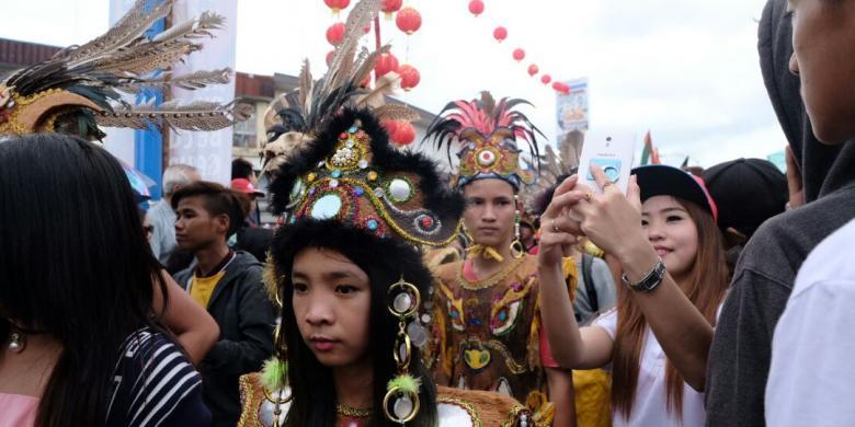 Sensasi Berfoto Di Tengah Parade Tatung, Berani Coba?